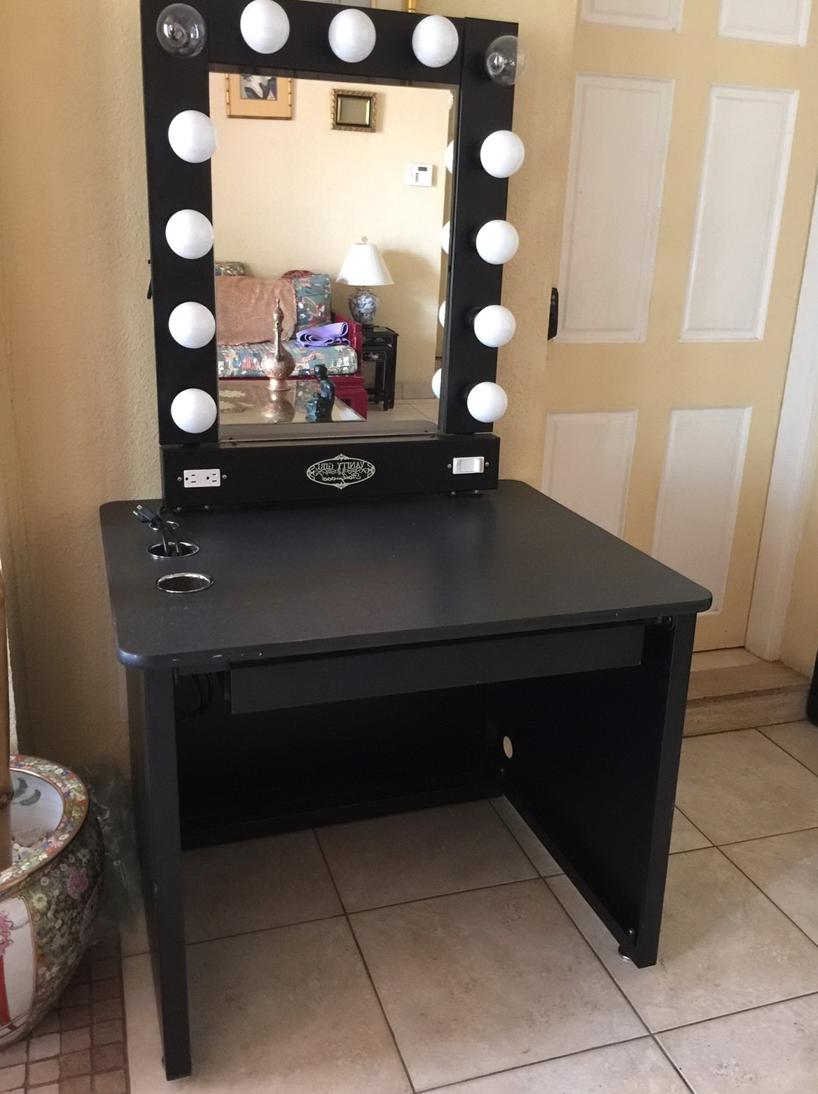 Lighted vanity mirror table home design ideas for Vanity table with lighted mirror and bench