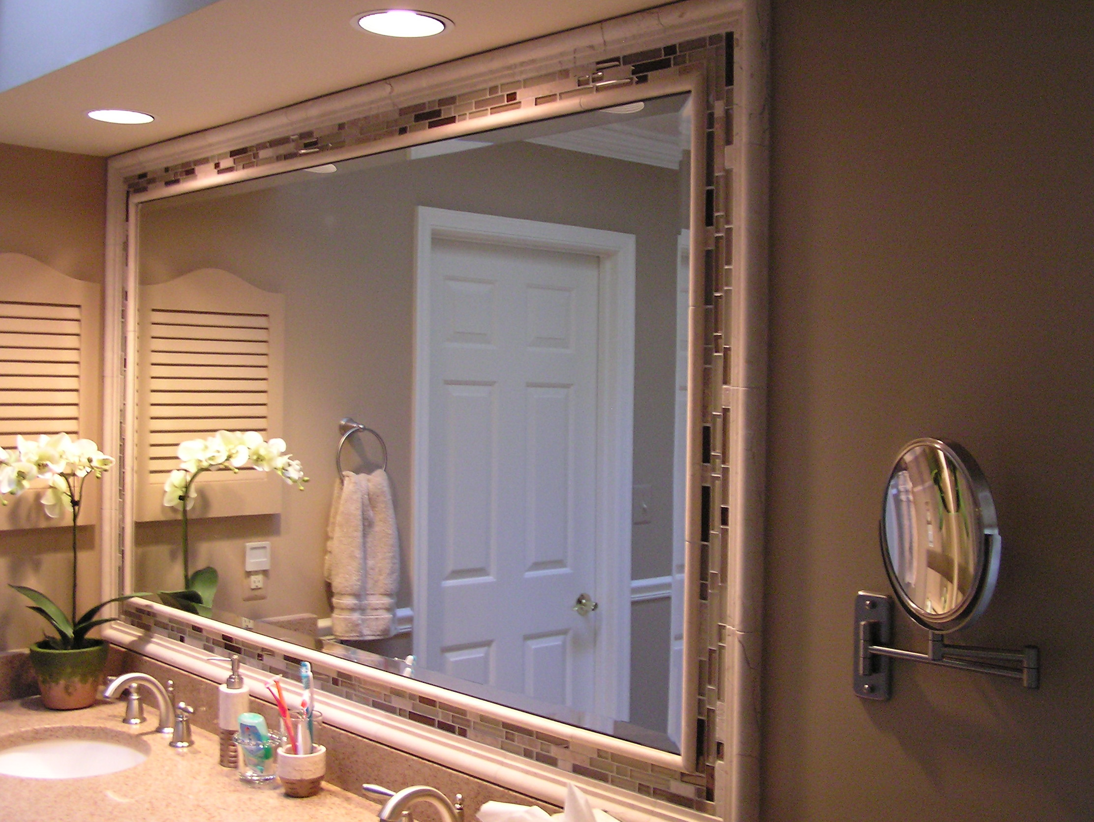 Folding bathroom mirror
