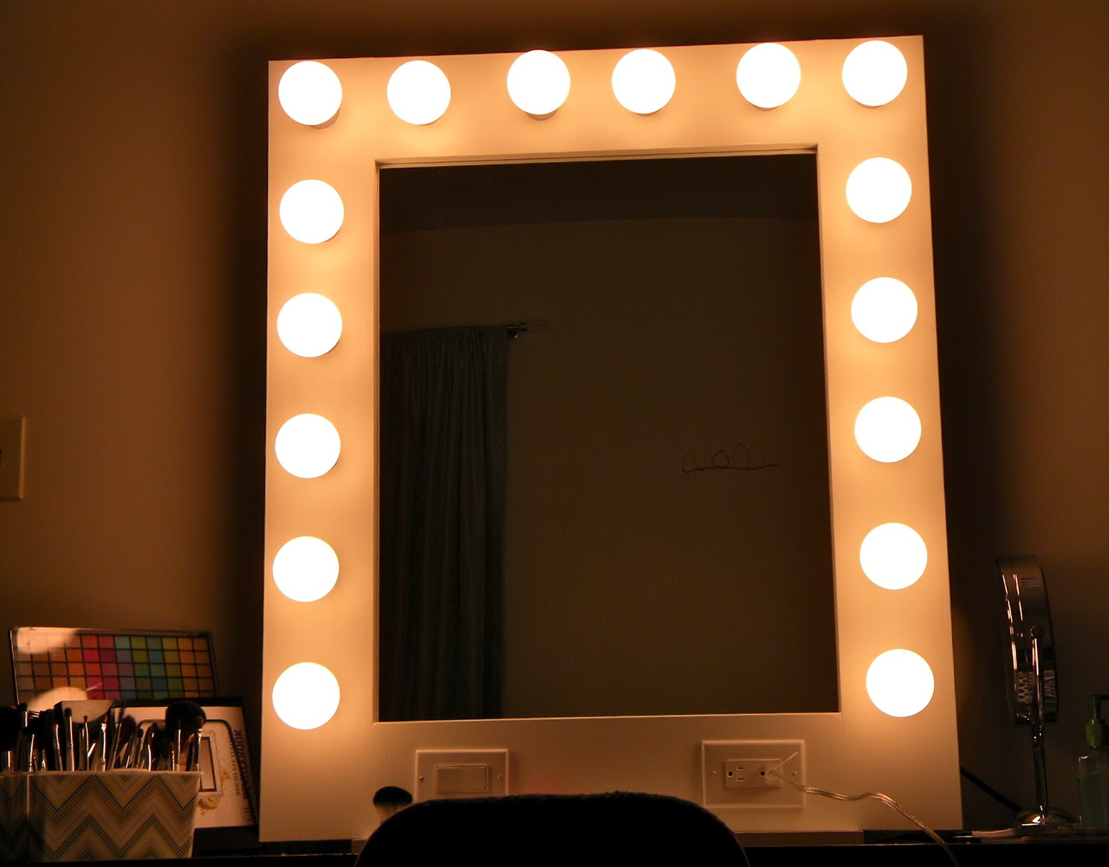 Vanity Mirror With Light Bulbs Around It Home Design Ideas
