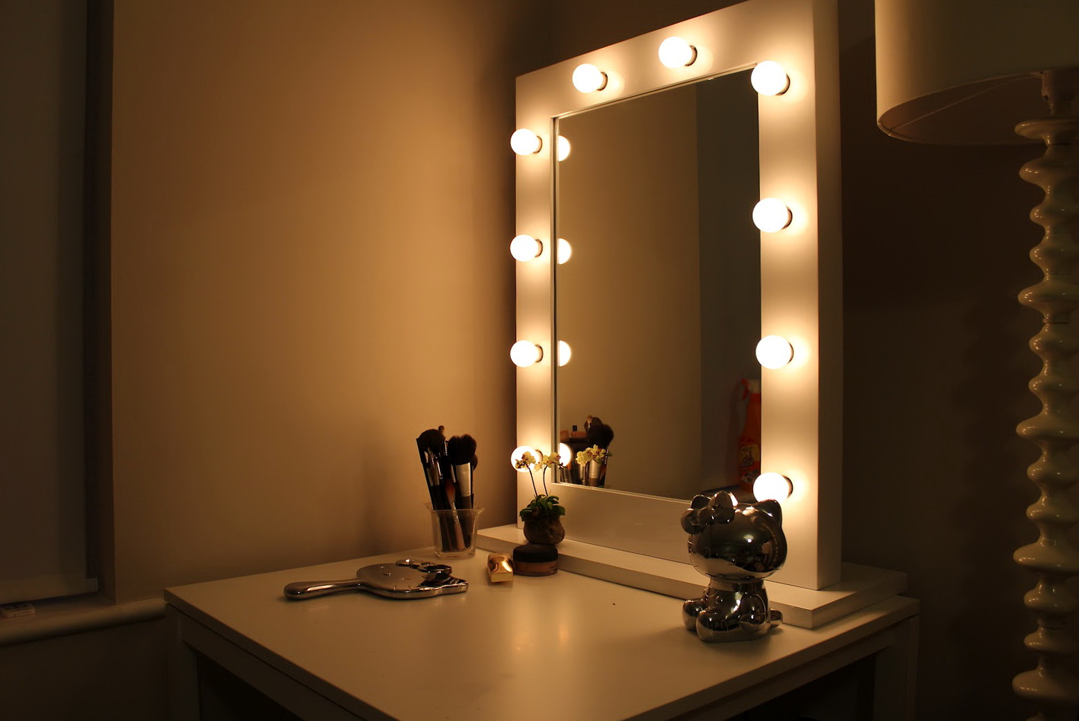 vanity girl broadway lighted makeup mirror home design ideas. Black Bedroom Furniture Sets. Home Design Ideas