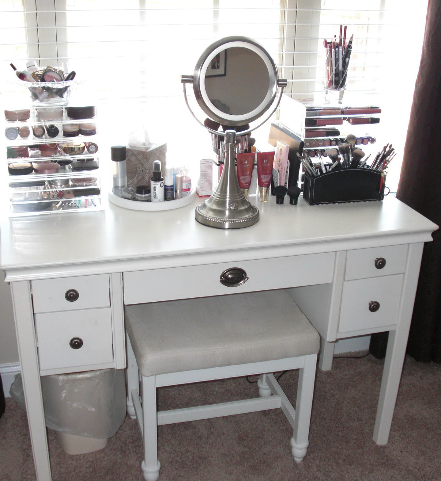 White Vanity Table With Lighted Mirror