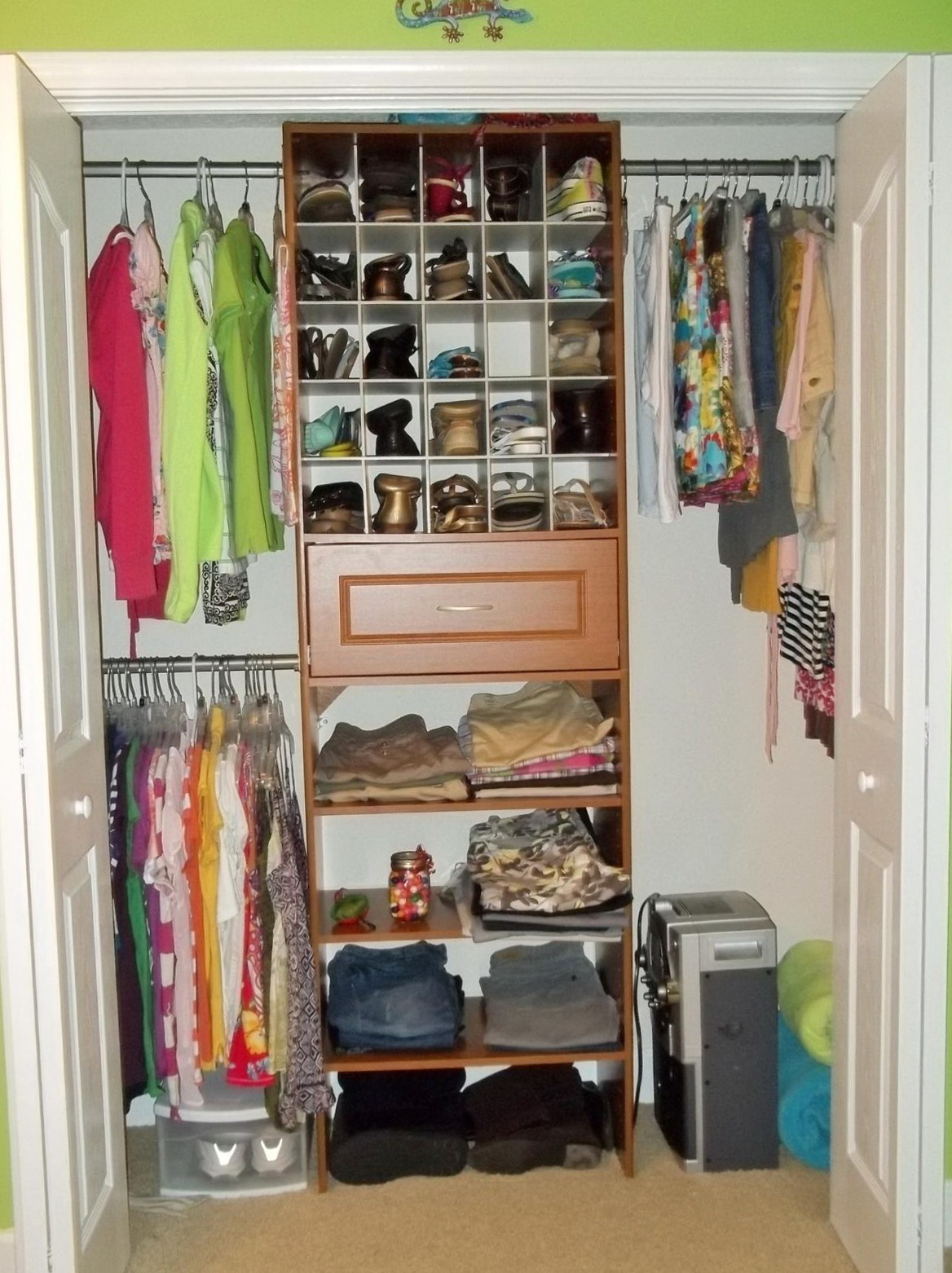 Organize small bedroom closet home design ideas for How to organize your small bedroom closet