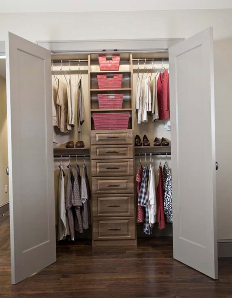 Small walk in closet design layout home design ideas for Walk in closet remodel