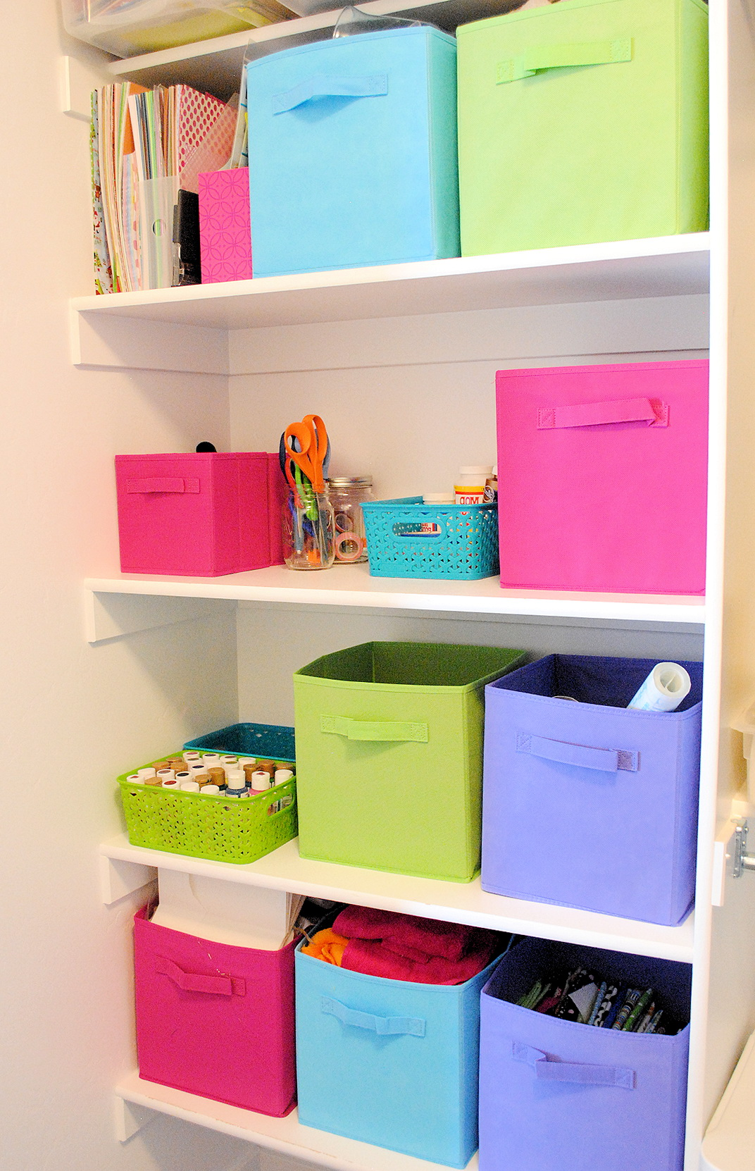 Organize a small bedroom closet home design ideas for How to organize your small bedroom closet