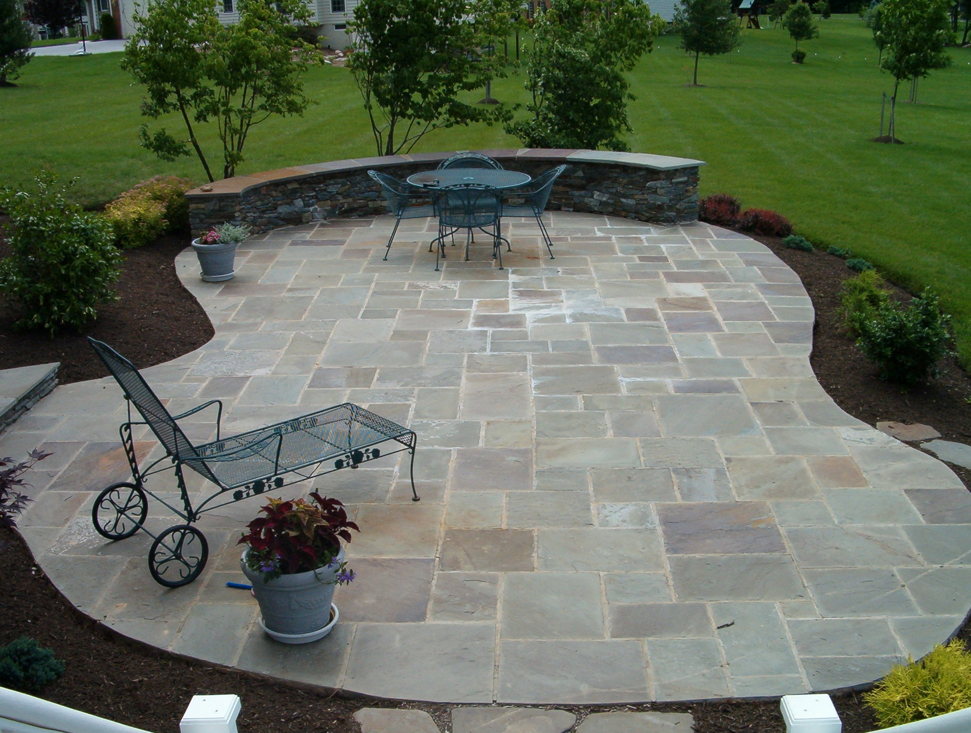 Stone patio deck designs home design ideas for Flagstone patio designs