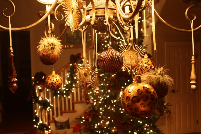 Images Of Chandeliers Decorated For Christmas